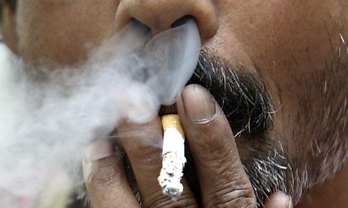 Symbolbild: Für eine Zigarette im Flugzeug bekommt ein Saudi 50 Peitschenhiebe.