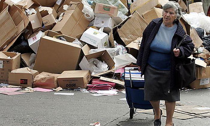 Nach einem Streik der Müllabfuhr stapeln sich die Abfälle auf den Straßen von Athen.