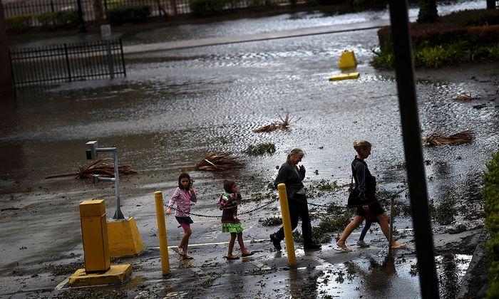 In Jacksonville stehen immer noch Straßen unter Wasser.