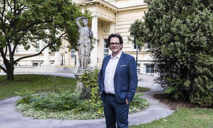Grüne Hochburg: Neubaus Bezirksvorsteher Markus Reiter vor dem ehemaligen Sophienspital, dem jüngsten Stadtentwicklungsprojekt im Siebenten.