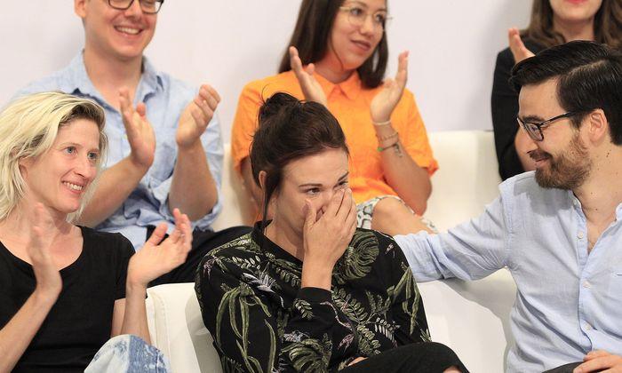 Birgit Birnbacher bei der Preisverleihung. Über ihr Ronya Othmann (Publikumspreis), rechts Yannic Han Biao Federer, der den 3Sat-Preis erhielt.