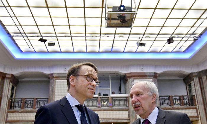 Deutschlands Jens Weidmann investiert in die ganze Welt, Österreichs Ewald Nowotny verlässt sich auf seinen Finanzberater.