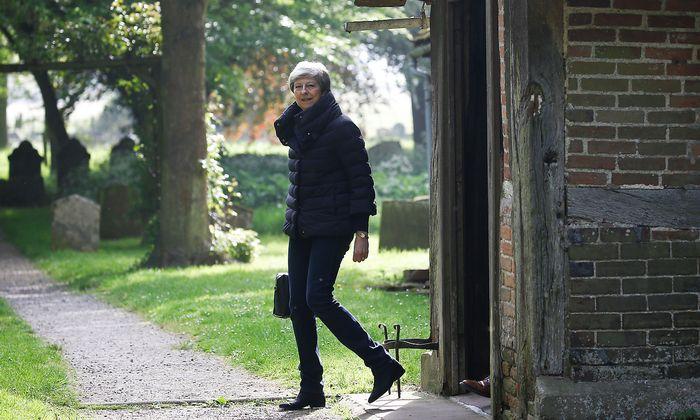 Theresa May nach ihrem sonntäglichen Kirchgang in ihrem Heimatort Maidenhead.