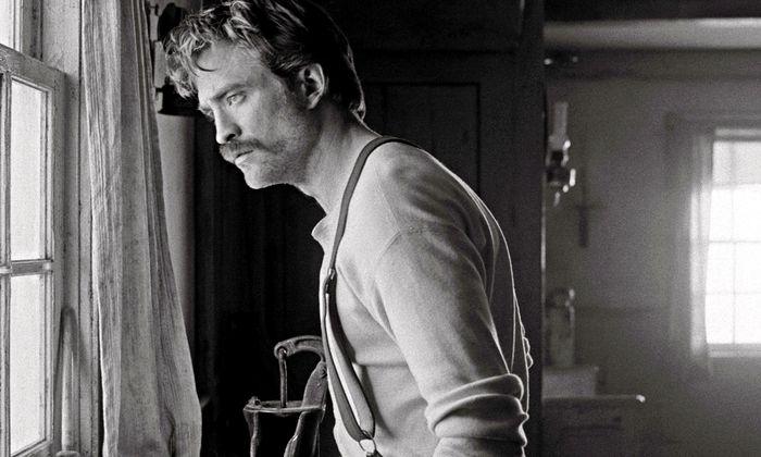 Steht sein Chef im Bund mit dem Teufel? Robert Pattinson als gschamiger Jungspund Ephraim.
