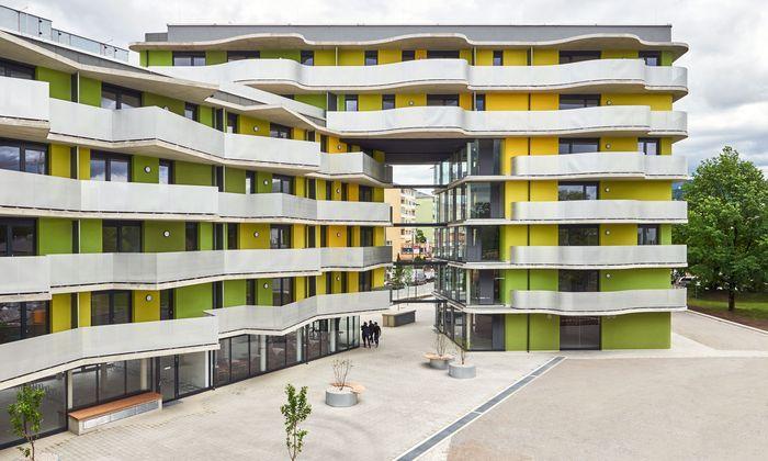 "Geschwungene Balkone beim Salzburger ""Stadtpark Lehen""."