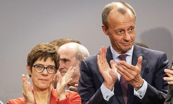 Annegret Kramp-Karrenbauer setzte sich gegen Friedrich Merz und Jens Spahn (nicht im Bild) im Kampf um die CDU-Spitze durch. Doch sie sitzt nicht fest im Sattel.
