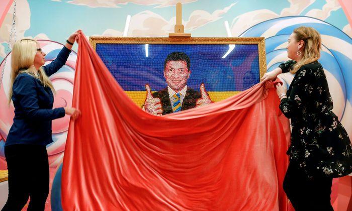 Ein Porträt aus Süßigkeiten. In einem Museum in St. Petersburg wird ein Abbild Wolodymyr Selenskijs, des Favoriten bei der ukrainischen Präsidentenwahl, enthüllt.