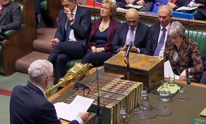 Das Komplizierte am Brexit: es geht auch immer um Innenpolitik und das Schielen auf die nächste Wahl. Die Gegenspieler: Jeremy Corbyn von der Labour-Partei gegen Premierministerin Theresa May von den Tories.