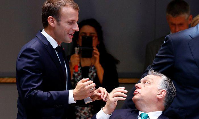 Viktor Orbán im Gespräch mit Emmanuel Macron.