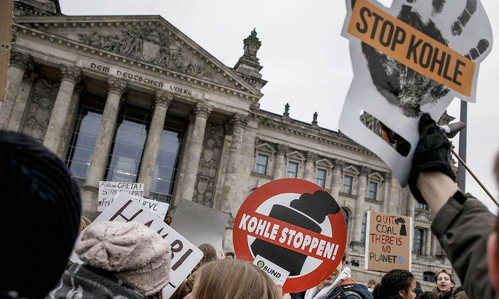 Den freitäglichen Schülerprotest gibt es seit Monaten in vielen Ländern. Hier demonstrieren deutsche Schüler in Berlin.