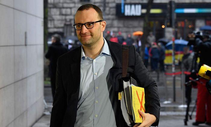 Spahn gehört zu den jungen CDU-Konservativen, die in der Flüchtlingskrise auf Distanz zur Parteiführung um Merkel gingen.