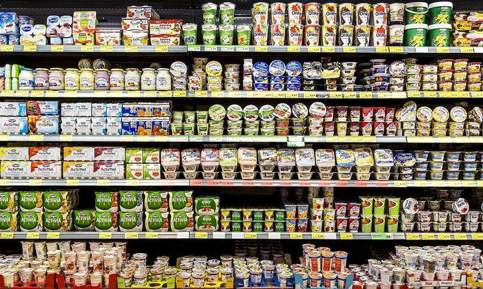 Supermarkt Regal mit verschiedenen Produkten Kuehlregal Fertigprodukte Fertiggerichte Milchprod