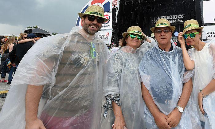 Die Besucher sind trotz leichter Regenschauer in guter Stimmung.