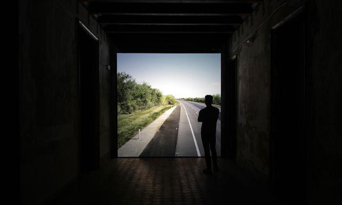 In einem Palazzo in Palermo läuft John Gerrards virtuelle Simulation des Fundorts des Flüchtlingsdramas bei Parndorf. Von Computern nach Fotos berechnet, die er wenige Tage danach machte. In der Simulation wechselt das Tages- und Nachtlicht wie über die Dauer eines Jahres.