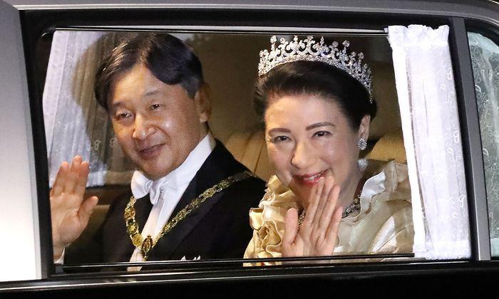 Das Kaiserpaar Stunden nach der tausend Jahre alten Zeremonie auf dem Weg zum Staatsbankett.