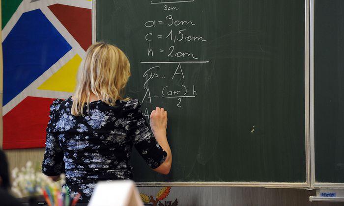 Symbolfoto: Lehrer im Klassenzimmer