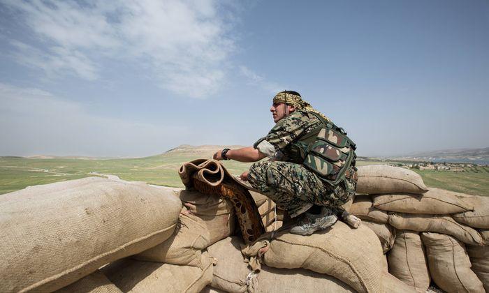 Der kurdische K�mpfer Delgasch 21 in der Provinz Aleppo Syrien in der N�he des Tischrin Dammes