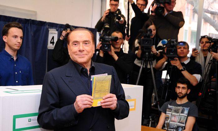 Silvio Berlusconi bei der Stimmabgabe.