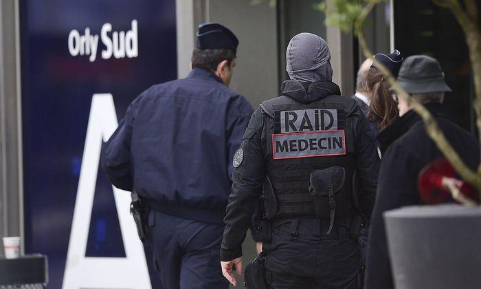 ^Einsatzkräfte am Tatort am Flughafen Orly