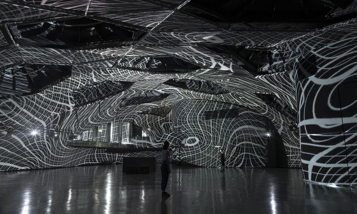 Umgeben von wenig vertrauenserweckenden Netzwerken: Koglers neue Installation in Graz.