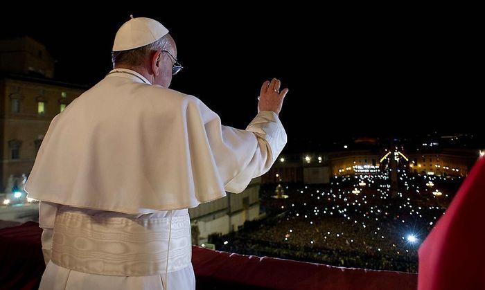 Der Papst spricht zu den Gläubigen am Petersplatz.