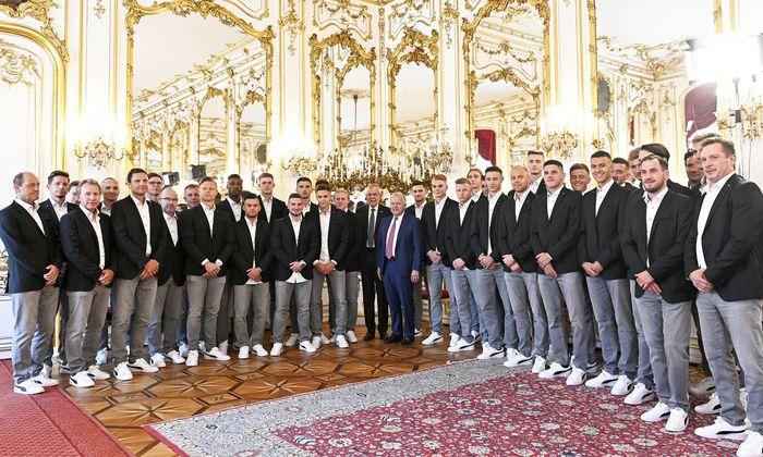 Bundespräsident Alexander Van der Bellen empfing und verabschiedete Österreichs U21-Fußballnationalmannschaft vor der EM in Italien in der Wiener Hofburg.