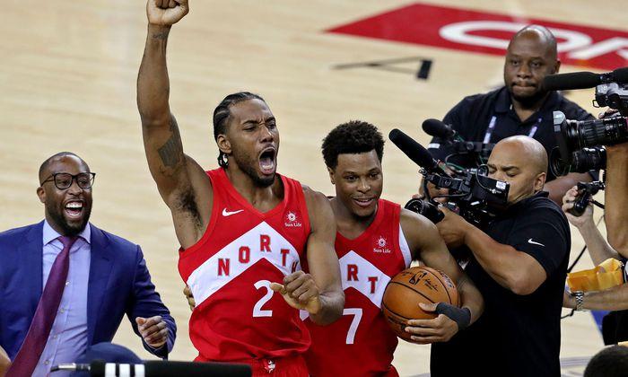 Kawhi Leonard (l.) und Kyle Lowry jubeln über den ersten NBA-Titel der Toronto Raptors, dem überhaupt ersten eines kanadischen Teams – und über Leonards Auszeichnung als MVP, als wertvollster Spieler der Finalserie.