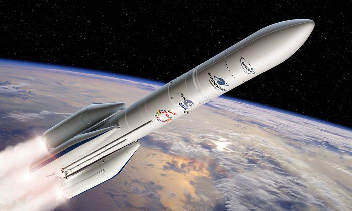 Ariane 6 in der Version A64, also mit vier Boostern am Rumpf.