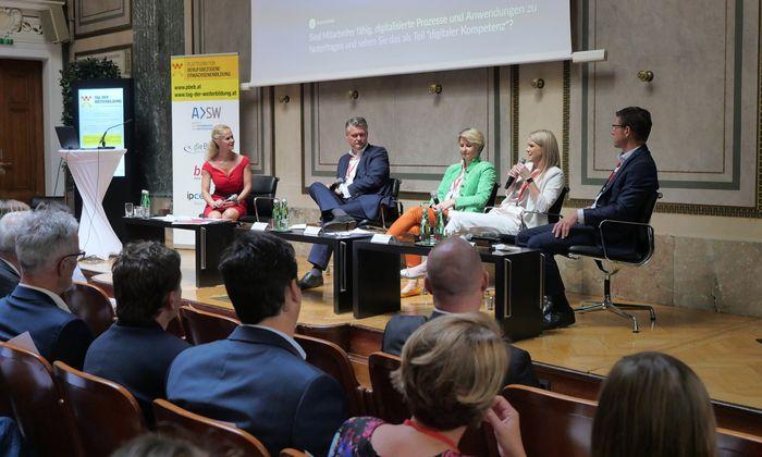 Podiumsdiskussion beim Tag der Weiterbildung (v. l. n. r.): Moderatorin Claudia Stradner (Kurier), Peter Bartos (BDO Austria), Ulrike Domany-Funtan (Fit4internet), Sabrina Schwab (Travelport Austria), Johannes Zimmerl (Rewe International).