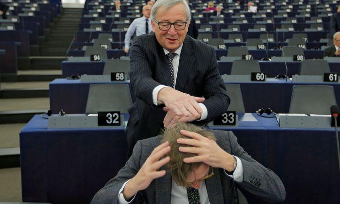 Wangenküsse, Griff ins Haar: Auch der belgische Liberale Guy Verhofstadt machte Bekanntschaft mit Junckers Schalk.