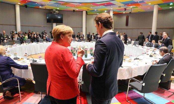Bundeskanzlerin Angela Merkel und Kanzler Sebastian Kurz im Zwiegespräch beim EU-Gipfel in Brüssel: Die großen Herausforderungen kommen erst.