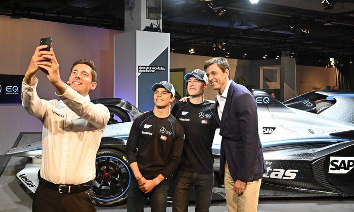 Silberpfeile in Pose: Formel-E-Teamchef Ian James (l.), seine Piloten Nyck de Vries und Stoffel Vandoorne und Mercedes-Motorsportchef Toto Wolff.