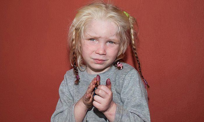 Blondes Maedchen RomaLager gibt