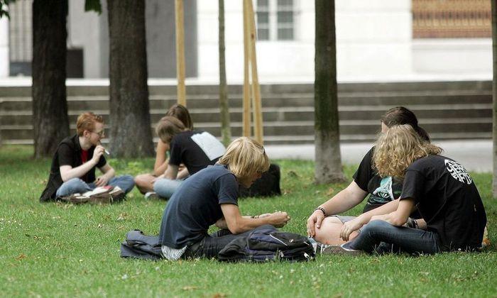 Wie unterhalten sich diese jungen Menschen? Freilich anders, als ihre Eltern es in ihrer Jugend taten.