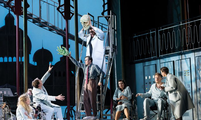 """Nikolaus Habjan lässt """"Oberon"""" in einer Nervenheilanstalt spielen. Den Patienten werden im Rahmen eines grässlichen Laborversuchs verschiedene Drogen verabreicht."""