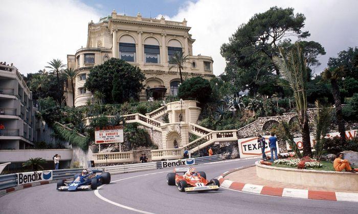 Niki Lauda Oesterreich Ferrari re gegen Rupert Keegan Groszbritannien Hesketh Ford in der L