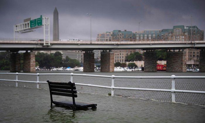 Eine Parkbank im überschwemmten East Potomac Park in Washington D.C.
