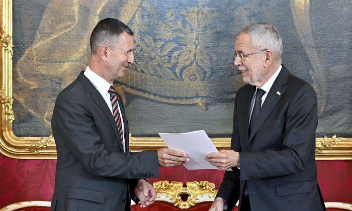 Bundespräsident Van der Bellen und Verteidigungsminister Starlinger bei der Betrauung mit der Fortführung der Amtsgeschäfte.