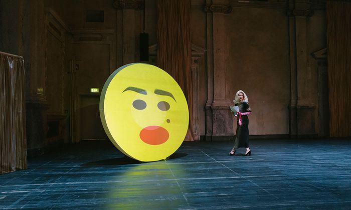 """Verhandlungstraining mit Smiley und Caroline Peters: """"The Blond Project"""" mit viel Theorie."""