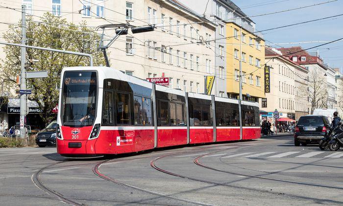 Zwei Flexity-Garnituren sind in Wien im Linienverkehr unterwegs, eine dritte wurde gerade geliefert – doch insgesamt sind die Lieferungen im Rückstand.