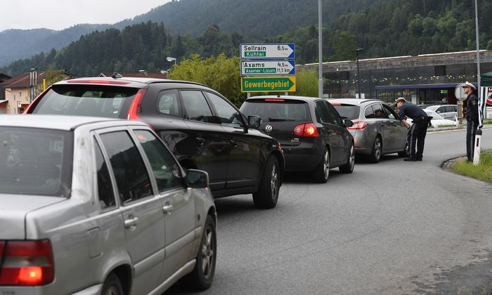Kontrollen wie diese in Kematen, bei denen Transitreisende nicht von der Autobahn gelassen werden, erzürnen Deutschland. Doch die Fahrverbote in Tirol bleiben vorerst.
