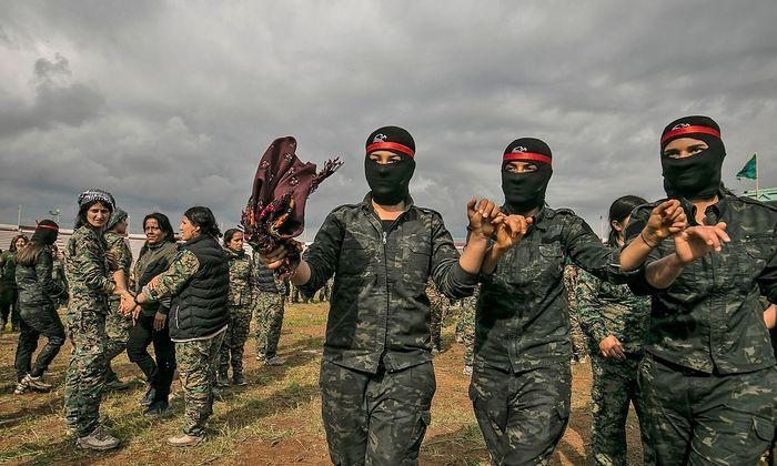Ausgelassene Stimmung: YPJ-Kämpferinnen nach der Entscheidungsschlacht in Baghuz.
