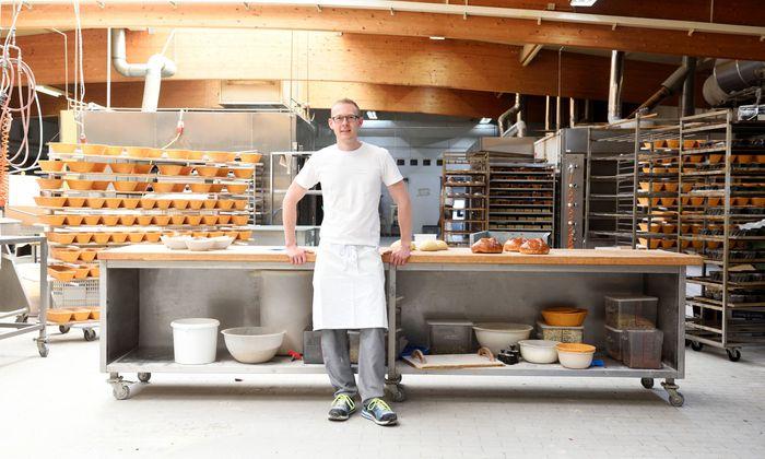Oliver Gradwohl in der Backstube im burgenländischen Weppersdorf, in der dieser Tage Osterpinzen, Lämmer und Hasen Hochsaison haben.