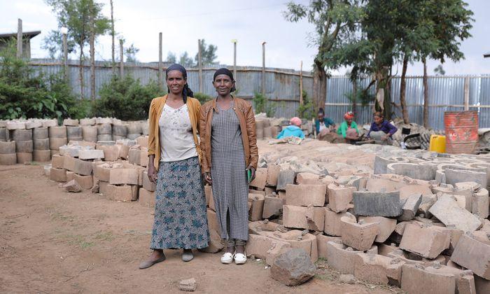 """Ararse Shume (l.) und Birke Tafa produzieren mit Hilfe von """"Menschen für Menschen"""" Öfen."""