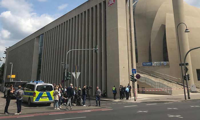 Polizeigroßeinsatz in der neuen Zentralmoschee in Köln.