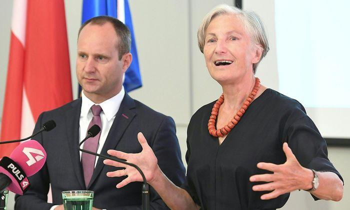 NEOS-Chef Matthias Strolz und Irmgard Griss bei der Pressekonferenz am Donnerstag