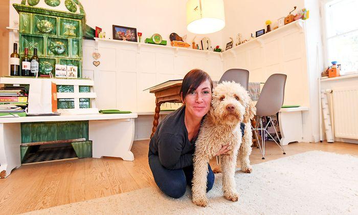 Im Haus der Schauspielerin und Moderatorin Adriana Zartl erinnert der Kachelofen an die Vergangenheit als Försterhaus.