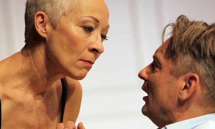 """""""Ich werde nicht mit dir schlafen!"""", sagt Silvia (Sona MacDonald) zu Gustav (Götz Schulte)."""