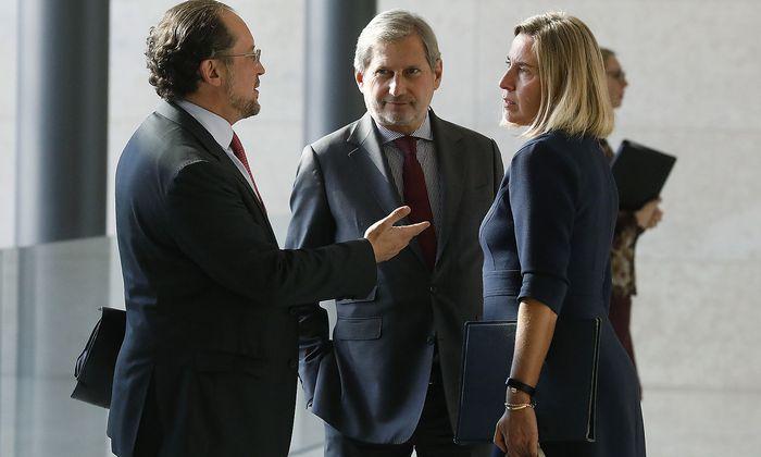 Außenminister Schallenberg im Gespräch mit Nachbarschafts-Kommissar Johannes Hahn und der EU-Außenbeauftragten Federica Mogherini.