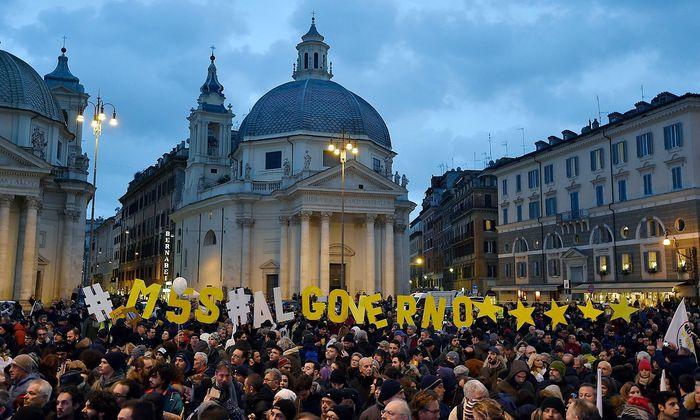 Archivbild: Anhänger der Fünf-Sterne-Bewegung im Wahlkampf in Rom